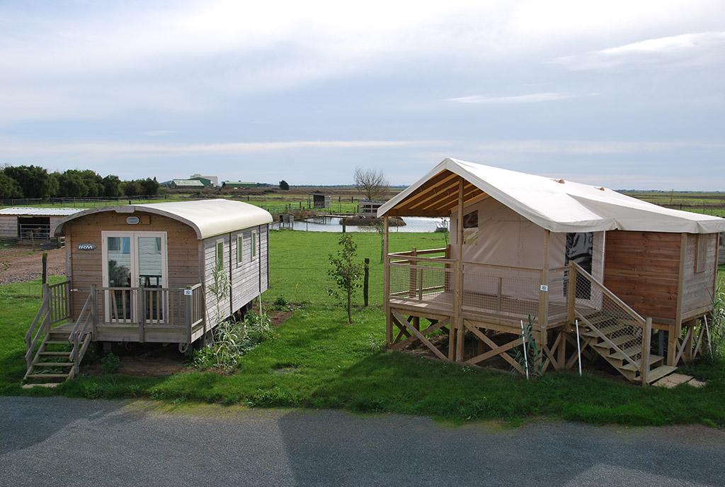 Location insolite en Vendée, roulottes et cabanes sur pilotis