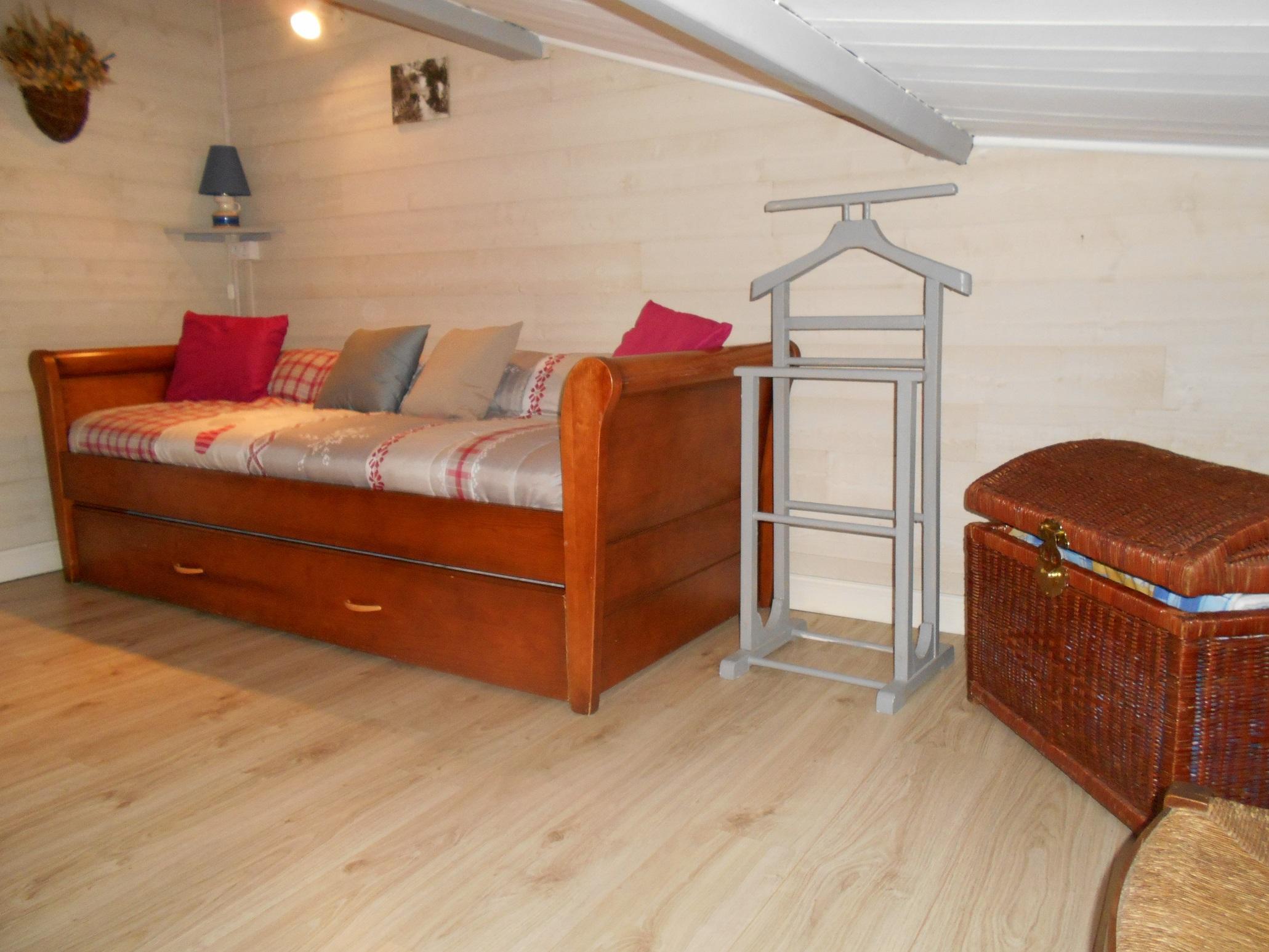 petite chambre mansardée (lit gigogne 2×80 ou 1×160)